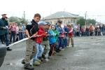 Перетягивание автомобилей детьми в День строителя. Фото_12