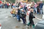Перетягивание автомобилей детьми в День строителя. Фото_14