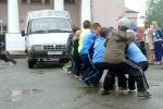 Перетягивание автомобилей детьми в День строителя. Фото_20